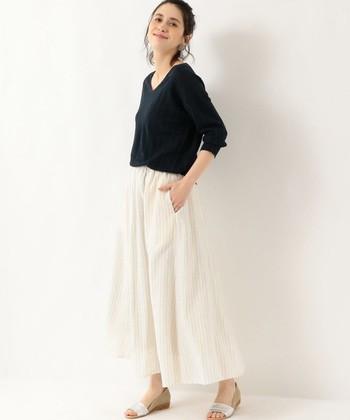 淡いカラーリングのペンストライプ柄のスカートです。柄物といっても主張しすぎず、でも縦のラインを強調するので、さりげなくスタイルアップ効果も狙えそう。