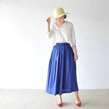 リネンといえばナチュラル系ファッションの定番ですが、シルエットや色柄によって、大人っぽくもエレガントにも着こなせます。ぜひお気に入りの1着を見つけて、この夏のワードローブに取り入れてみてください。