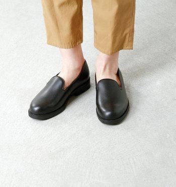深い履き口のスリッポンは脱げにくく、ゆったりスニーカー感覚で履くことができます。マニッシュコーデにもマッチします。