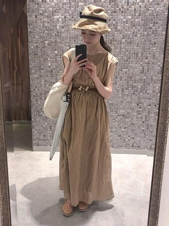 ウエストにたっぷりのシャーリングが入ったマキシ丈のワンピースには、やわらかな素材の帽子がよく似合います。暑い日でも涼しく過ごせるコーデです。