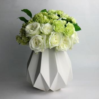 ゴージャスな花束をいただいたら、まずはそのままの姿を楽しんでみても。すぼまった挿し口が、花束をきゅっとまとめてくれるので、まるでブーケのような佇まい。とても華やかですね。