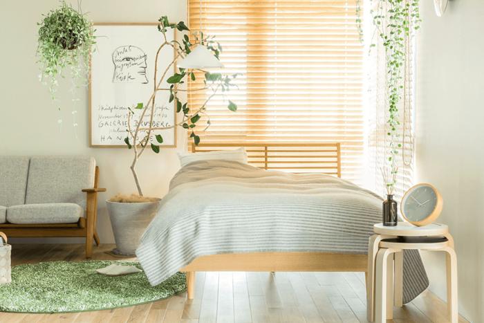 梅雨の時期は、雨が続いて湿気などで寝室もジメジメしてなんだか寝苦しい・・・でもどこを変えれば快適な空間になるのかわからない!という方に、今回は、湿気対策のレイアウト方法や、寝室でも育てやすい観葉植物、買い足すだけで爽やかな空間になる寝具類など、より眠り心地の良い空間にする為のアイデアを幅広くご紹介します。