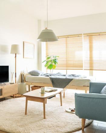 ジメッとする梅雨時期には、ブルーカラーを取り入れて清潔感のある爽やかな寝室にするのもおすすめです。インテリアを買い足すのは難しいけれど、ブルーカラーのブランケットなどを買い足すだけでも、お部屋を涼しげに演出する事ができますよ。