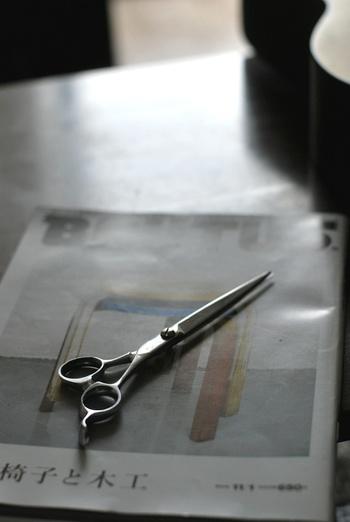 たとえば、はさみや包丁、カッターナイフや缶切りなどの刃物類は、右利き用のものだと左利きさんには上手に切ることができません。