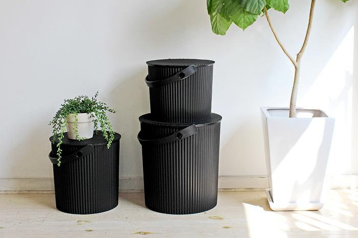 「Omnioutil(オムニウッティ)」のバケツは、幅広く使える万能な収納アイテムです。蓋つきで、座ることも可能。積み重ねてもOK。玄関や子供部屋など、散らかりやすい場所をサッと片付けるにはぴったり。