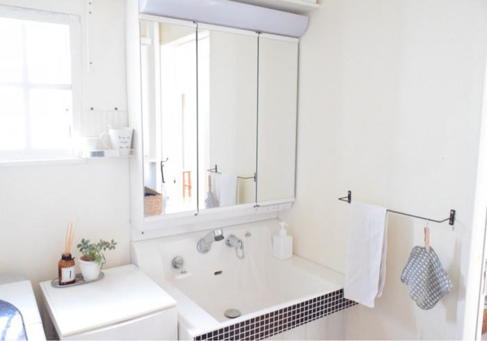 来客が立ち寄る場所といえば、リビングのほかにトイレと洗面所です。せっかく部屋全体は片付いていても、水回りやトイレが汚いと残念ですよね。洗面所はクロスやスポンジで拭き取り、水垢も落として。鏡もキレイに拭いておくことを忘れずに!
