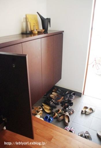 家の顔である玄関。やはり第一に、来客を迎える場所はキレイにしておきたいもの。まず、出しっ放しの靴や傘は片付けて。少し戸を開けて換気をしておくといいですね。  ちなみにこの写真は、玄関を掃除している最中のプロセス画像です。散らかっているわけではありません。実際掃除が完成した写真が次の1枚。