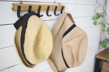 帽子やジャケットが置きっぱなし・脱ぎっぱなしになっていませんか?床の上やシューズラックの上、ソファの辺りなどの散らかりを片付けるだけでも部屋がスッキリします。すぐに片付けられるように普段からフックなどを取り付けておくと便利ですね。