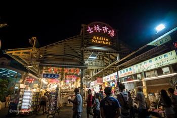 夜の台湾観光といえば「夜市」です。夜になると至る所で明かりが灯され、日本の縁日のような夏のムードが漂います。台湾では外食文化が強いため、観光客だけではなく、ローカルの若者からファミリーまで夕食をお目当てに、毎晩多くの人々で賑わいます。