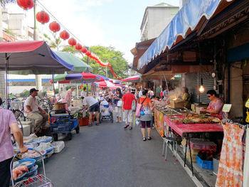 台湾には、夜市だけではなく「朝市」もあります。地元の人だけではなく、世界中から観光客が押し寄せる「雙連朝市」は、朝8時頃から15時頃まで生鮮食品や日用品を揃えたお店や屋台が並びます。