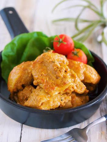 カレー粉を使った定番料理、タンドリーチキンのレシピです。ヨーグルトやカレー粉などを混ぜた下味を揉み込むので、柔らかくジューシーなお肉が楽しめます。手軽に作れておすすめ!