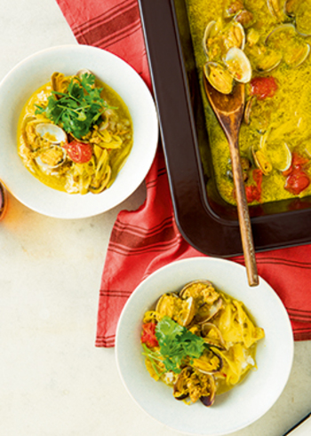 カレー色にプチトマトや香草の色が映えるスープごはん。ナンプラーや香草を使うので、普通のカレーとはひと味違ったスパイシーな味を楽しめます。夏に食べたい一品ですね。