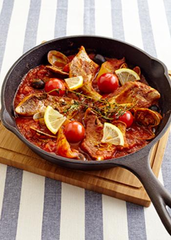 トマトの赤が映える、より夏らしいスパイシーなアクアパッツァのレシピです。アスパラやパプリカなども具材に使うので、華やかな上に一品でバランスの良い一品に。