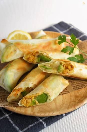 ちょっとした軽食にもおすすめ、フライパンで焼くお手軽春巻きのレシピ。ツナはカレーマヨで味付けして、アボカドとの相性◎!ホクホク食感を味わいたいなら、ぜひ固めのアボカドで作ってみて。