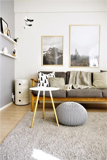 場所を取らない小さなサイドテーブルはソファ周りを広く使えるメリットも。こちらのブロガーさん宅では、厚手のラグが気持ち良い寒い季節に、ゴロゴロしていても邪魔になりにくいサイドテーブルを選ばれているのだそう。