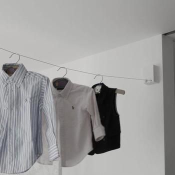 部屋干しするスペースが限られていると、「間隔を空けて干す」のも難しいですよね。 物干しスタンドなどを使ってもよいのですが、場所をとってしまいます。  このように部屋にワイヤーを渡して干せば、スペースいらずでたくさん干せます。