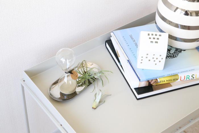 サイドテーブルは用途によって広く使える入れ子型、本や小物も収納できる収納付きタイプなど種類も豊富です。物の落下を防いでくれるトレイ型タイプは、うっかり飲み物をこぼしても安心。植物を並べるのにもちょうど良いですね。 ▷HAYトレイテーブル