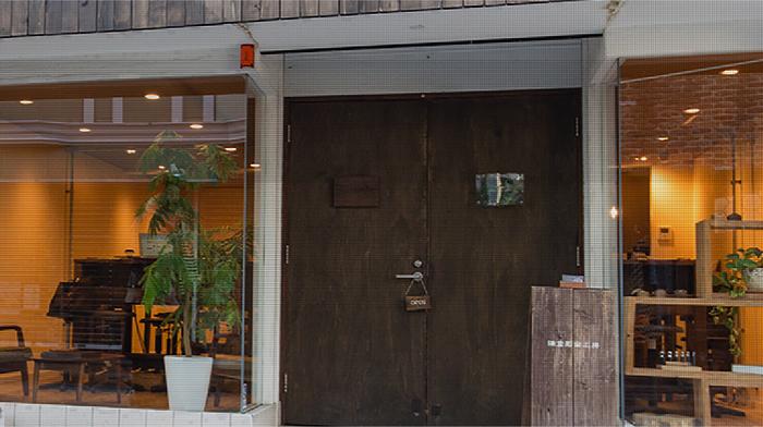 鎌倉駅西口より御成商店街を下った所にある「鎌倉彫金工房」。アンティークかつシンプルシックな雰囲気がとても素敵な工房です。