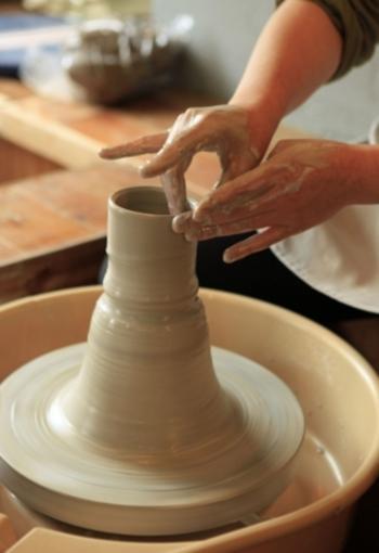 ここでは電動ロクロ体験や、仏像つくり陶芸体験、手びねり陶芸体験などが出来ます。