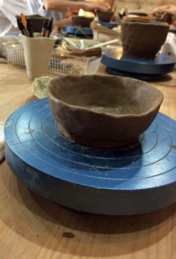 自分で自由に作る手びねり陶芸体験コースでは、何を乗せようか考えたり創作と想像に心が踊ります。