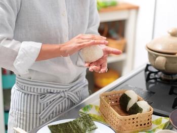 """抗菌作用のある食材を取り入れた料理をつくるだけでは""""安全""""ではありません。衛生的なお弁当づくりの基本として、以下リストをおさえておきましょう。 つくりたての熱々料理をお弁当箱に詰めてしまったり、つくったお弁当を温かい場所に置きっぱなしにするのはNGですよ。"""