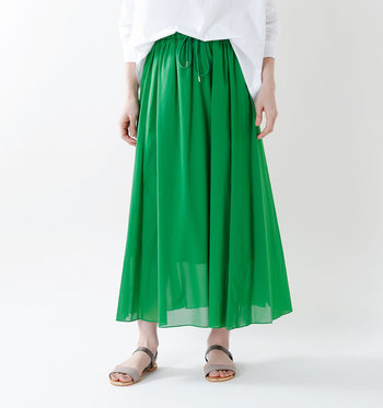 """夏の心地よい風を感じられる「ロングスカート」は、暑い季節にぴったりのアイテム。ポロシャツと組み合わせると、きちんとした中にも""""可愛らしい抜け感""""を演出することができます。"""