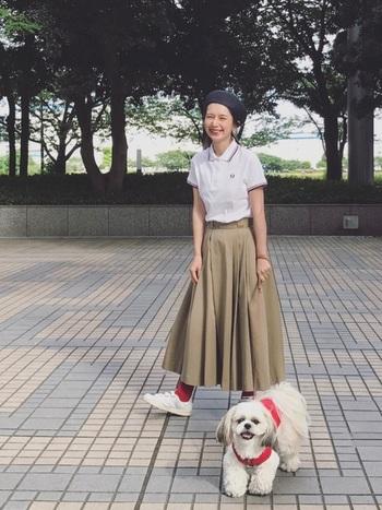 ポロシャツ×チノスカートのトラッドなスタイリング。ベージックカラーの中に、赤のソックスがアクセントになっています。ベレー帽を合わせて少女らしさを演出して。
