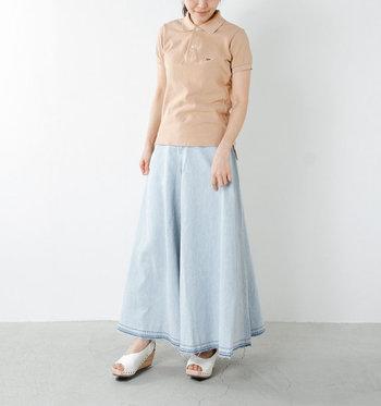 ポロシャツとロングスカートを爽やかなニュアンスカラーでまとめたハイセンスな着こなし。上下でAラインをつくることによって、しなやかな大人の女性らしさを引き立てます。