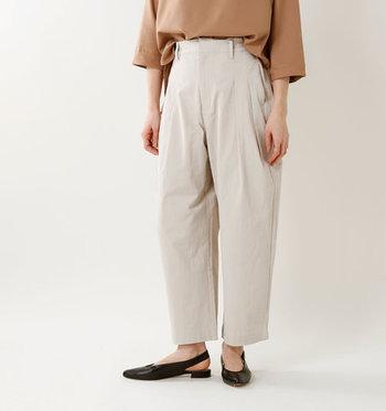 タック入りやスラックス、ワイドシルエットの「メンズライクなパンツ」とポロシャツを合わせるのも新鮮です。大人の余裕が感じられるマニッシュコーデにチャレンジしてみましょう。