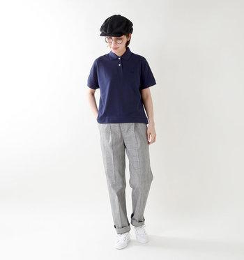 ネイビーのポロシャツにグレンチェック柄スラックス風パンツを合わせた着こなしは、メガネで知的さをプラス。足元はホワイトカラーでコーデを軽やかさに仕上げています。
