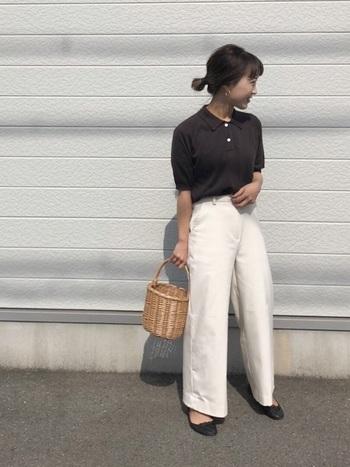ダークブラウンのポロシャツとホワイトパンツの組み合わせ。コントラストによってメリハリのあるすっきりとした着こなしに。マニッシュコーデのきちんと感を、ナチュラルなかごバッグで和らげリラックスムードを演出しています。