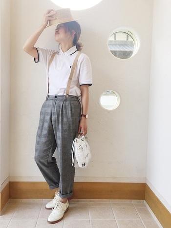 ポロシャツとタックパンツのトラッドな組み合わせに、ハットとサスペンダーをプラスして小粋な着こなしに。マニッシュな足元を作るレースアップシューズも、白をチョイスすることで爽やかな印象に。