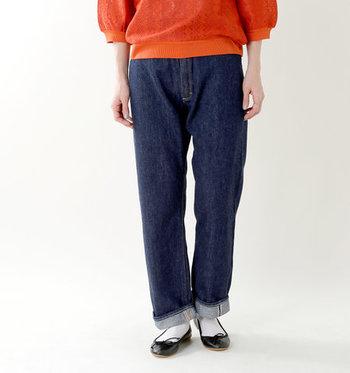 カジュアルな印象の強いデニムパンツも、濃紺デニムならキレイめな印象に。大人っぽい「濃紺デニムパンツ」で、程よいきちんと感のあるポロシャツスタイルを完成させて。
