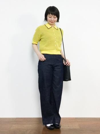 """イエローのポロシャツと濃紺デニムパンツのコントラストが新鮮なスタイリング。おしゃれ心をかきたてる""""ポップなカラー""""は、その他の小物をシンプルにまとめ大人顔でさらりと着こなして。"""