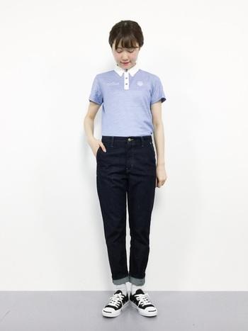 程よくフィットしたライトブルーのポロシャツと細身の濃紺デニムを合わせた爽やかなコーディネート。メンズライクなアイテムも、シルエットを意識することで品良くまとまります。ノームコアな装いは着る人の魅力を引き出してくれます。