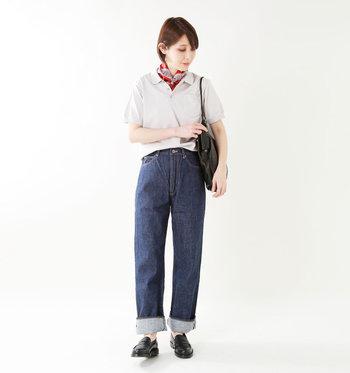 まるで仕立ての良いシャツを着るように、ポロシャツを品良く着こなしたスタイリング。スカーフを首に巻くひと手間がパリジェンヌのよう。