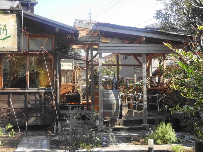長谷寺から由比ヶ浜通りを鎌倉駅方面に向かった路地裏にある「ボータン」。木々に囲まれたお庭がある秘密の空間はとっても素敵。
