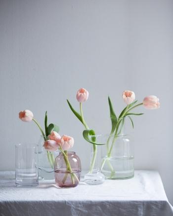 せっかくきれいな花を手に入れたのなら、とびきり魅力的に飾ってあげたい。フラワーベースの形や質感によって、見え方が違うので、花は安易にカットしないよう気を付けて。たとえば、直線的な一輪挿しには、ある程度高さのある花を挿した方が優美に見えるときもあるし、コロンと丸いベースには、何本かまとめて短めに生けると可愛らしい雰囲気に。花弁にばかり目が行きがちだけど、茎の曲線や葉の流れ方もとても有機的で美しいものですよ。