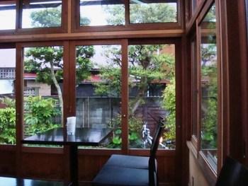 古民家を改装した店内からみる中庭の景色は、雨でもより憂いを感じることができてノスタルジックな気分に浸れます。