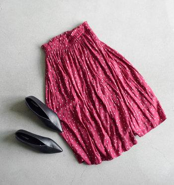 ガーリーな気分を盛り上がてくれる「スカート」。可愛いだけじゃない、大人の着こなしで楽しみたいアイテムです。ナチュラルなキャンバス生地の風合いに合わせて、ほっこりリラックスムードにまとめて。