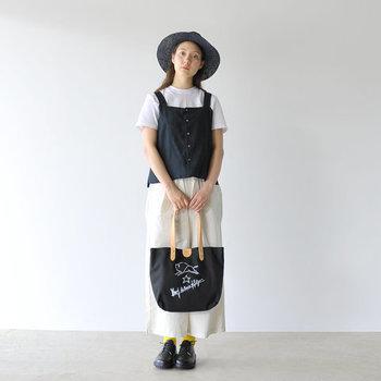 キャンバスバッグ、ハット、トップス、シューズ…黒をアクセントに効かせたモノトーンコーデ。白×黒のカラーバランスが絶妙です。