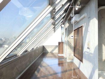 屋根つきのバルコニーは、まるで温室やサンルームを思わせる空間。たっぷりの陽射しを必要とする植物を置いてあげたくなりますね。