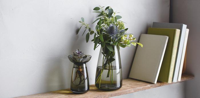 食卓だけでなく、花瓶や小物入れなどでインテリアにも取り入れれば、凛とした透明感溢れる空間に。 シンプルで、どんなシーンにもすっと馴染むガラスのアイテムで、家中を涼やかに彩ってみませんか?  デザイン性と利便性を兼ね備えたアイテムが揃う「KINTO(キントー)」より、これからの季節にぴったりな素敵なガラスアイテムが入荷しました。新シリーズを中心におすすめのアイテムをご紹介します。