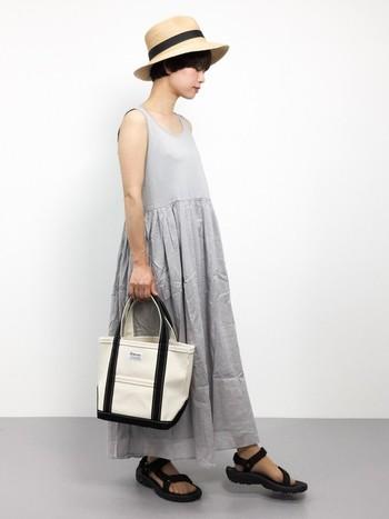 """大らかなフォルムのキャンバスバッグは、夏コーデのナチュラル感を高める""""とっておき""""のアクセントとして楽しめます。いつもなんとなく使っていたキャンバストートやショルダーも、洋服のスタイリングによって互いの魅力が引き立ちますよ。今回の記事を参考に、夏のデイリーコーデにぜひプラスしてみてくださいね。"""