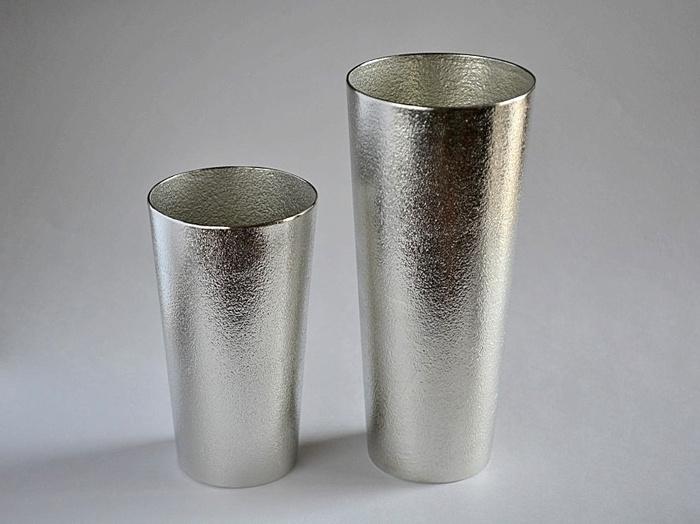 存在感のある本錫のビアカップ。錫は水やお酒の不純物を吸収し、味をまろやかにする効果があると言われています。また、熱伝導率が高いので冷蔵庫に入れておくとあっという間に冷たくなりますよ。抗菌性も強く金属臭もないので実用的で安心して使えます。