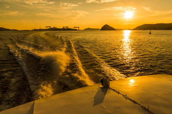 ちなみに、高速船でもアクセス可能。長崎港から約20分で伊王島港に到着します。船から、大パノラマの海や、遠ざかる長崎の町並みを眺める・・・。旅気分がぐっと高まって、こちらも素敵ですね。  長崎市の繁華街から長崎港までは、電車を乗り継げば10分程度で到着するので、長崎観光や中華街グルメを楽しんだあとに、伊王島に渡るのもおすすめコースです。