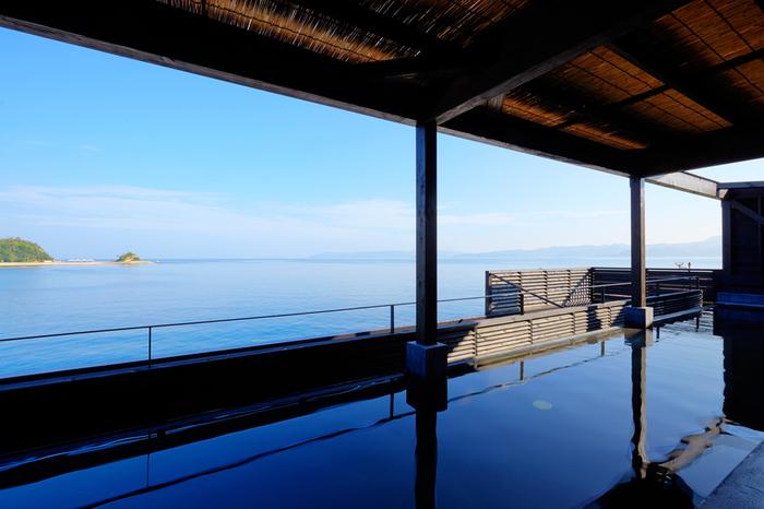 伊王島の温泉は、地下1,180mから湧き出す自家源泉の天然温泉。ちょっとしょっぱい塩湯であることが特徴です。 温泉施設は、「長崎伊王島 島風の湯」と「天然温泉ユユスパ(YUYU SPA)」の二つあり、共に、海を眺める展望露天風呂付き♪  「島風の湯」は内湯・露天・サウナを完備した、貸切用の家族風呂があるので、プライベートを満喫したい方にもおすすめ。