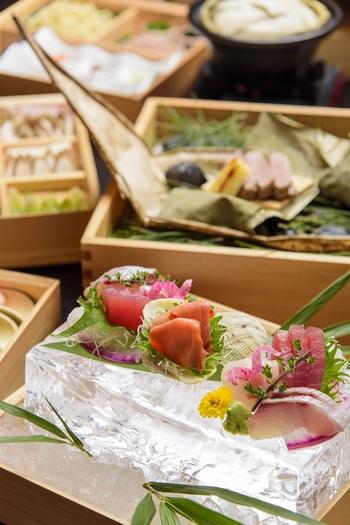 夕食では、料理長こだわりの「刺身氷鉢盛り」など、新鮮な海の幸が目白押し♪長崎の鮮魚を心ゆくまで堪能できますよ。