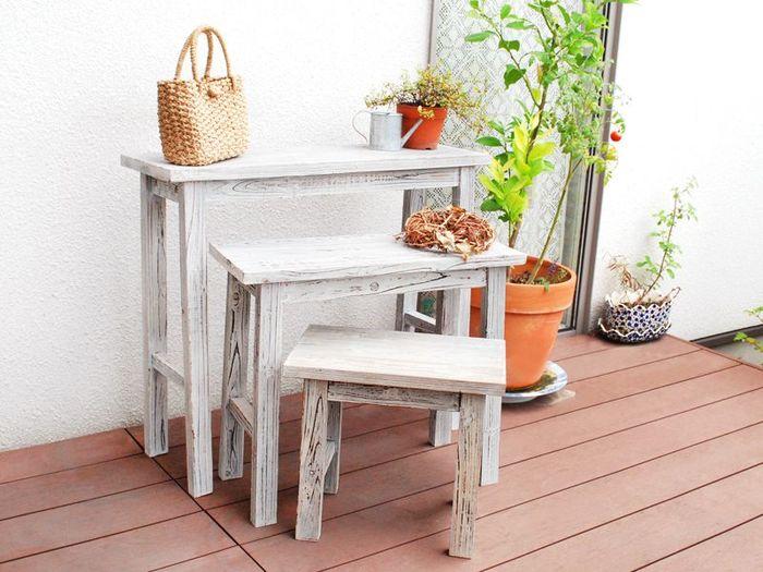 グリーンを置くのに便利な、3つセットのテーブル。近くに並べて置いても、バラバラに使っても◎天然木のナチュラルな風合いも素敵です。