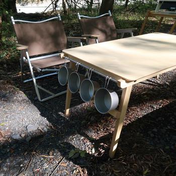 リビング感覚で使うバルコニー空間には、テーブルやチェアも家具感覚のものが気分。こちらの木製の折りたたみテーブルは、室内・屋外どちらでも使えることをコンセプトに作られています。